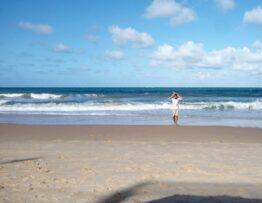caminhando na praia do ocear palace risort natal
